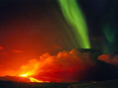 V současné době jsou pozemní vulkány rozšířenějším jevem, než vulkány podvodní. Přesto v dávné minulosti probíhala vulkanická činnost především pod vodou.