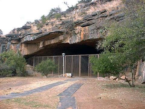 Vchod do jeskyně Wonderwerk. Klesá až do hloubky 139 metrů