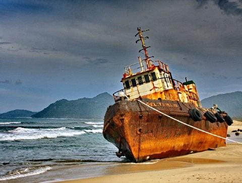 Vrak lodi, výsledek ničivé vlny tsunami na konci 2004 roku, Banda Aceh, Sumatra, Indonésie